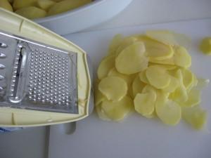 Kartoffel Scheiben mit Mandoline geschnitten