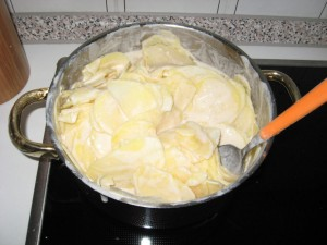 Topf mit Sauce und Kartoffeln