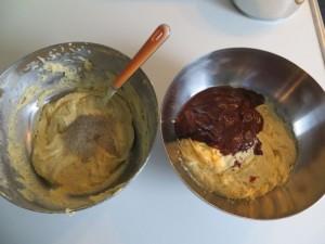 Teig trennen und Vanillezucker und Schokolade dazu geben