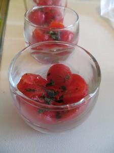 Tomaten mit Basilikum in Verrine Glas