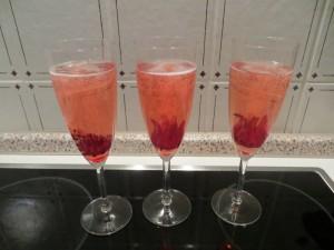 Hibiscus Blueten und Champagner