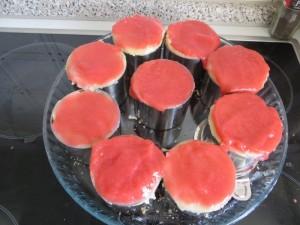 Erdbeere Tortenguss verteilen