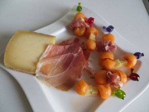 Melon, jambon fumé et fromage