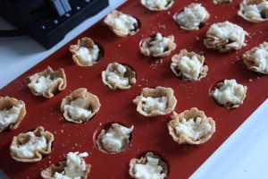Gezuckerte Kondensmilch mit Kokosnuss dazu geben