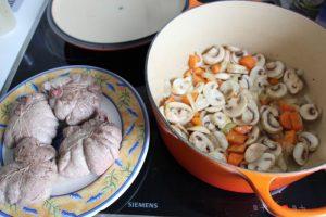 angebratenes-fleisch-und-vorbereitung-der-sauce