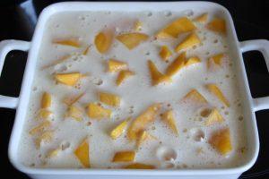 creme-auf-die-mangos-giessen