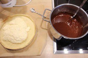 Gezuckerte Kondensmilch mit Kokosnuss auf die Tarte und Schokolade