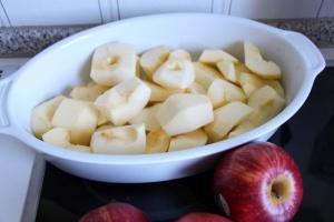 Apfel für den Clafoutis schälen und schneiden