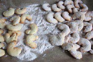 Gebackene Sablés im Zucker und Zimt rühren