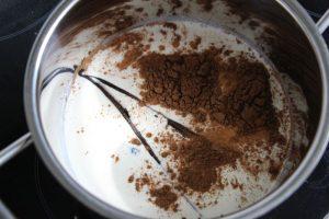 Zimt mit Milch und Sahne mischen